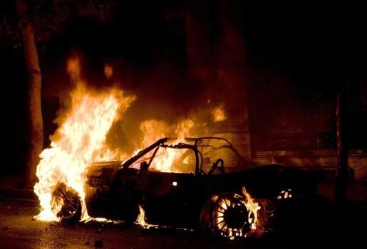 Brandweerman filmt hoe vrouw levend verbrandt in auto - beelden op internet