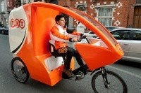 TNT fietst pakjes rond in Brussel