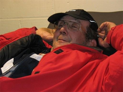 Gemeentearbeider slaapt in dodenhuisje en voetbalkantine