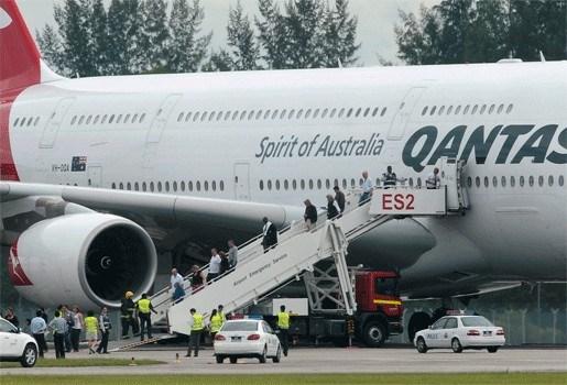 Motor superjumbo Qantas valt uit boven Indonesisch eiland