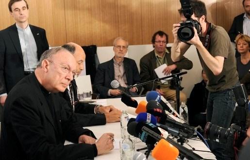 """Léonard: """"Priester moet kazuifel herontdekken"""""""