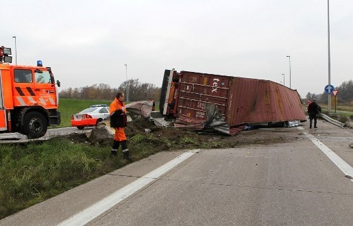 Vrachtwagen kantelt: chauffeur ontsnapt aan de dood