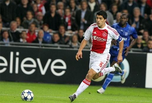 Nederlandse bond wil Suarez 7 speeldagen schorsen voor bijtincident