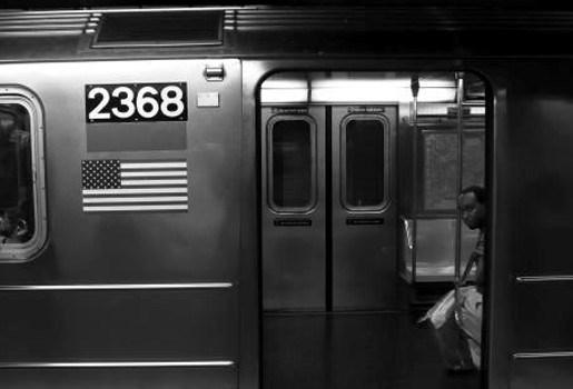 Exhibitionist vernederd in metrostel