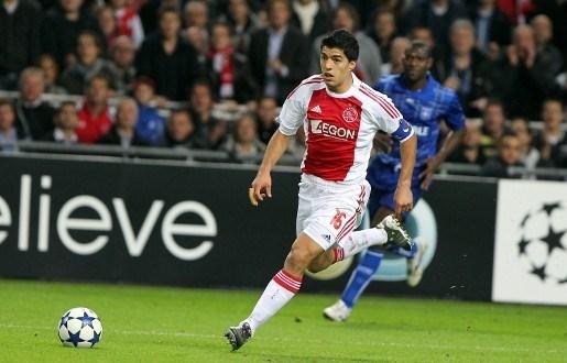 Ajax aanvaardt zeven wedstrijden schorsing voor Suarez