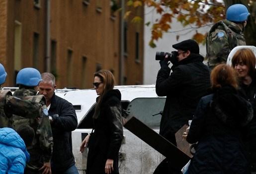Angelina Jolie laat Bosnische verkrachte vrouwen wachten