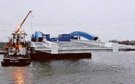 Nieuwe brug komt aan per boot in Grobbendonk