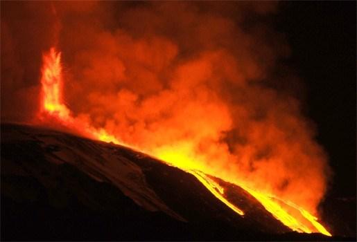 Etna ontwaakt en spuwt vuur en lava