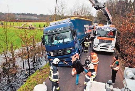 Vrachtwagen met staal zakt weg