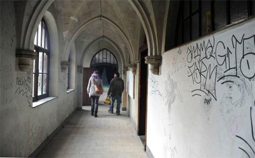 Politie valt binnen in gekraakt klooster in de Ploegstraat