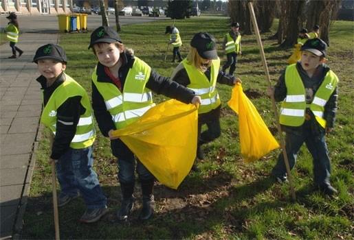 Leerlingen De Veerman ruimen afval op