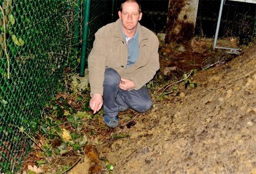 Adel Kamel (45) vindt oorlogsgranaat in uitgegraven aarde