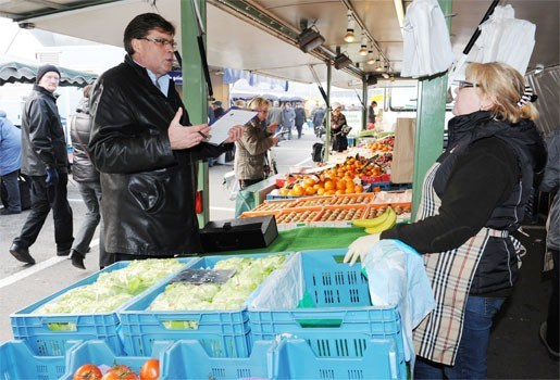 Inspecteurs voedselagentschap bezoeken Geelse handelaars en marktkramers