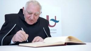 Jan Decleir neemt eredoctoraat in ontvangst aan UA