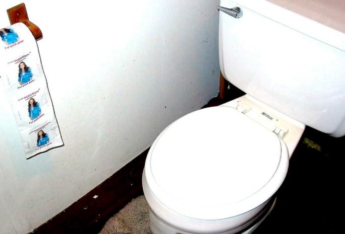 Man vastgelijmd aan toilet in supermarktketen