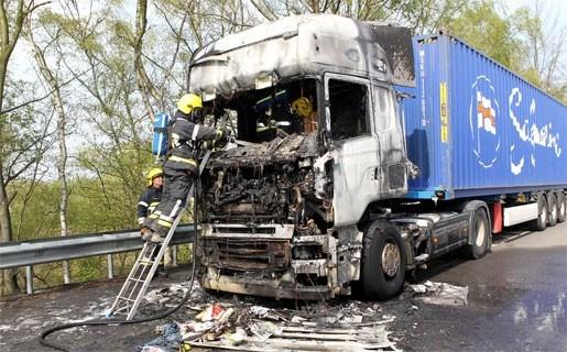 Vrachtwagen vat vuur tijdens rit op E19