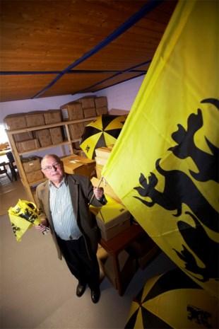Lode Van Dessel (79) brengt in heel Vlaanderen Vlaamse vlaggen aande man