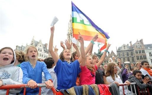 Duizenden jongeren zingen voor de vrede