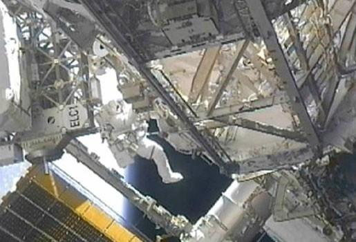 Astronauten Endeavour voeren ingekorte ruimtewandeling uit