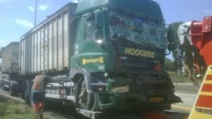 E313 in Ham versperd na botsing met vier vrachtwagens
