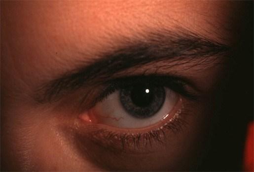 Hypnotiseur verliest bewustzijn -  3 deelnemers blijven onder hypnose