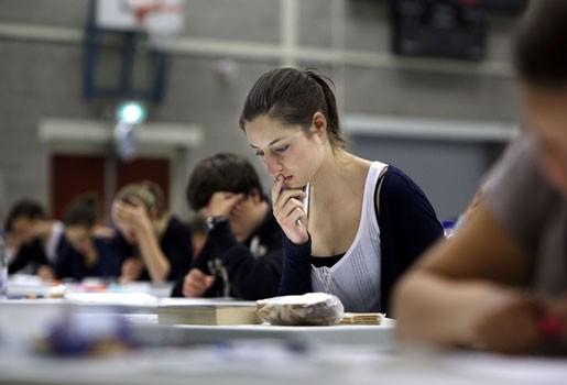 Leerlingen krijgen examen met ingevulde antwoorden (video)
