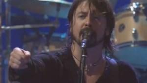 Dave Grohl stuurt vechtersbaas uit concertzaal (video)