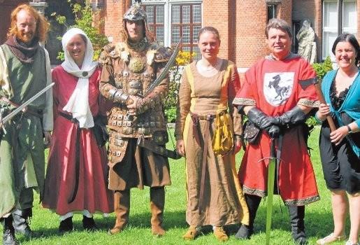 Ridders van Pendragon slaan hun tentenkamp op in tuin van Mercatormuseum