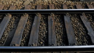 Verlaten auto op spoorweg in Hoegaarden