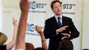 Brits politicus krijgt met verf gevuld ei tegen hoofd