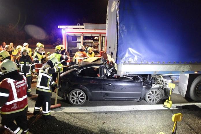 Wagen meters meegesleurd na inrijden op vrachtwagen