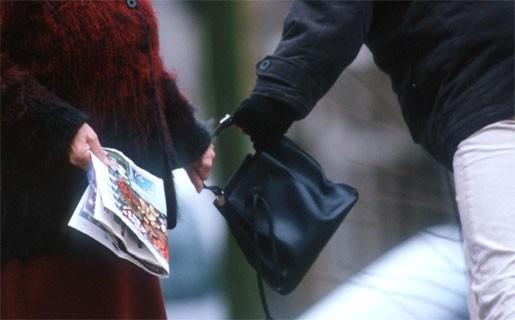 Hulpvaardige man aanzien als handtasdief en krijgt slaag