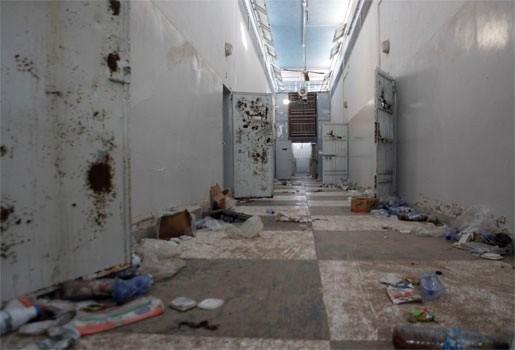1270 lijken ontdekt in massagraf bij gevangenis in Tripoli