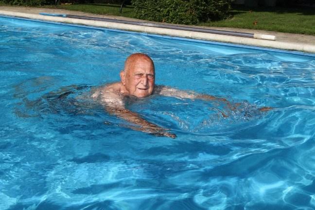 Ward Joppen (90) zwemt nog hele week in buitenzwembad