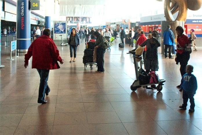 Bolletjesslikkers met peuter op Brussels Airport