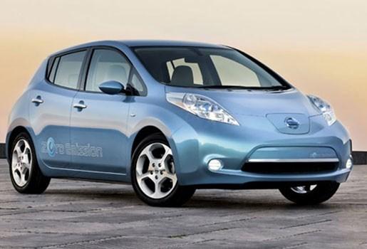 Nissan voert baby's Sint-Jozefkliniek met elektrische wagen naar huis