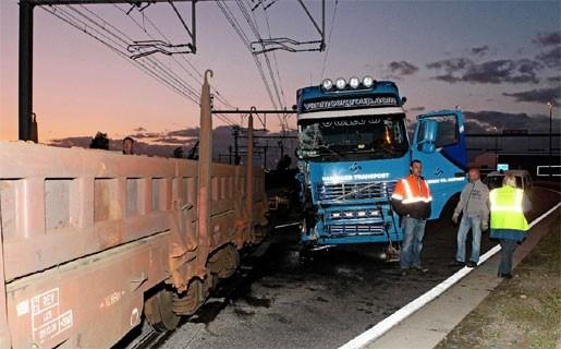 Vrachtwagen negeert rood licht en knalt op trein