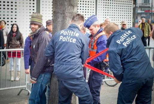 Politie pakt actievoerders op tijdens gemeenteraad