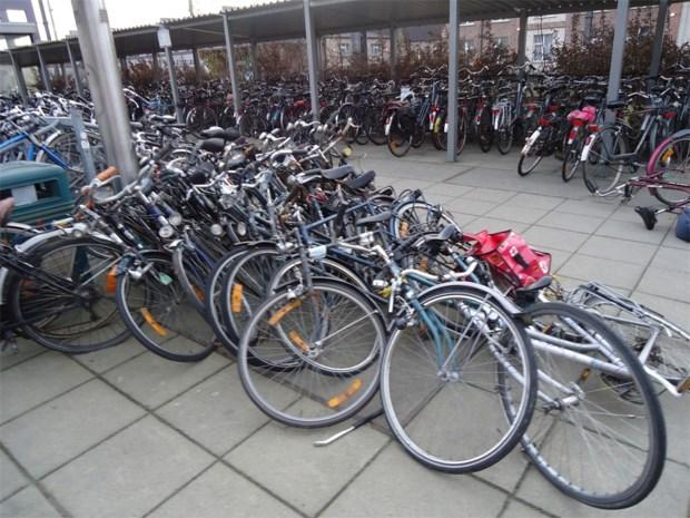 Jong N-VA klaagt over chaotische toestanden van het fietsstallen aan het station