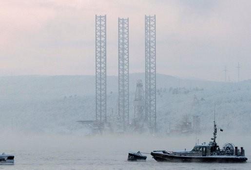 Bootje met opvarenden opgemerkt bij gezonken Russisch boorplatform