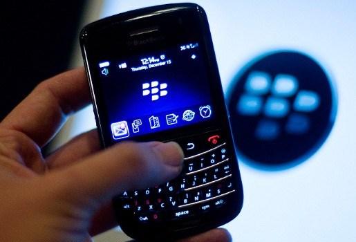 Britse jongeren kijken op hun Blackberry naar porno