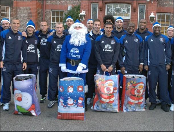Everton-spelers op kerstbezoek in kinderziekenhuis