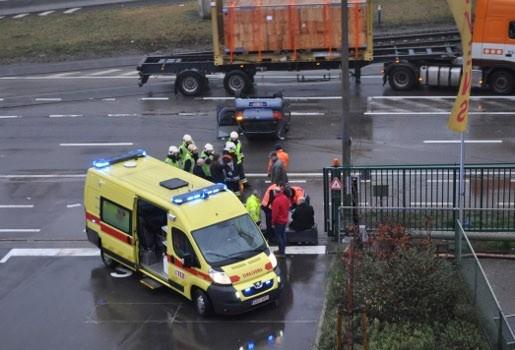 Bestuurder zwaargewond na tik van vrachtwagen