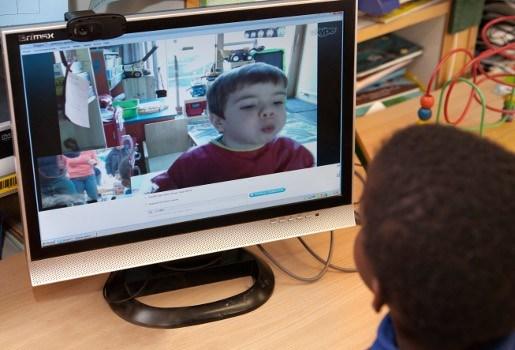 Kleutertje met immuunziekte volgt klasje via skype