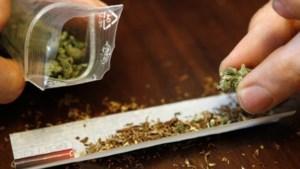 Betrapte drugsdealer probeert drugs in te slikken