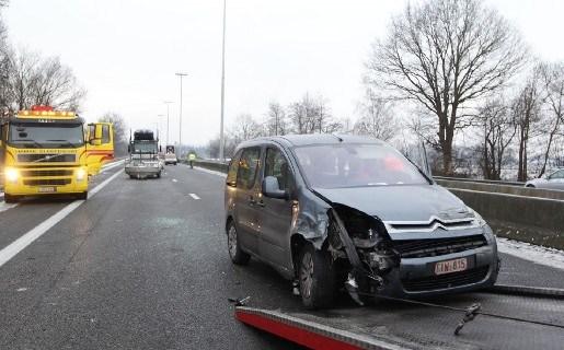 E313 tijdlang helemaal versperd na ongeval in Geel
