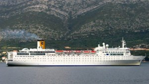 Hulpschip gearriveerd bij op drift geraakt cruiseschip