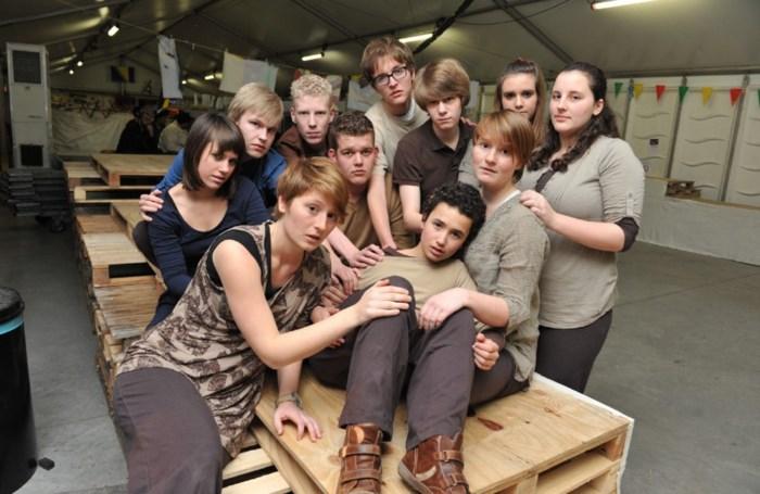 Jonge acteurs spelen voorstellingen in asielcentrum
