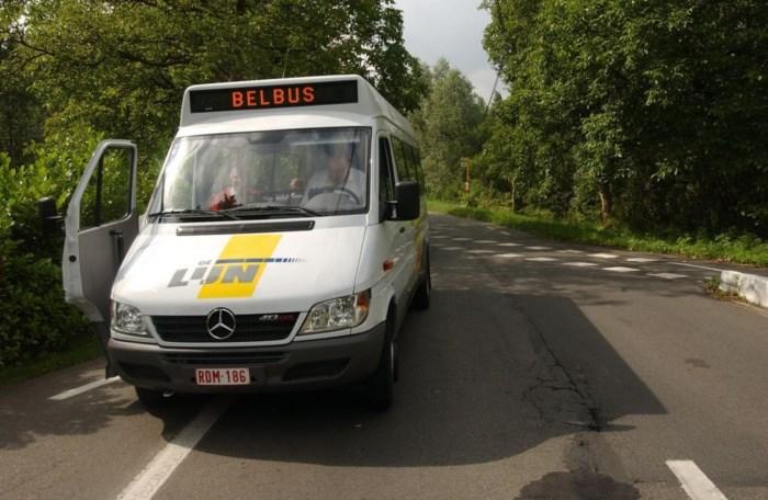 Autobestuurder overleden na aanrijding met belbus