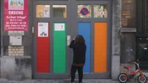 Beelden opgedoken van kind dat uit raam wordt gehouden (video)